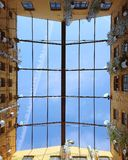 Niebieskie niebo przez okno obrazy royalty free