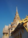 Niebieskie niebo przy głową Sothonwararam kaplica obraz stock