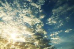 Niebieskie niebo przy wschód słońca tłem obrazy stock