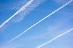 Niebieskie niebo samolotu i tła ślada Fotografia Royalty Free