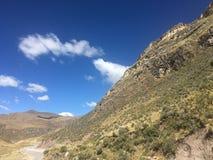Niebieskie niebo up i halny zdjęcie stock
