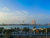 Niebieskie niebo widok Abu Dhabi miasta sławne lokacje, Marina centrum handlowe i Fairmont Marina siedziby, obraz royalty free