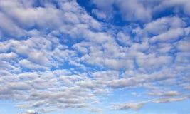 Niebieskie niebo wszystko w cumulus chmurach Obraz Stock