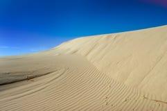 niebieskie niebo wydm piasku. Zdjęcia Stock