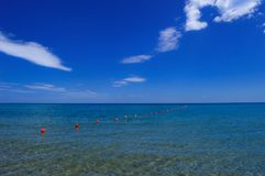 Niebieskie niebo z błękitnym morza i czerwieni drogue Zdjęcie Royalty Free