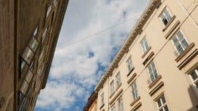 Niebieskie niebo z białym bieg chmurnieje między antyczną architekturą, upływ zbiory