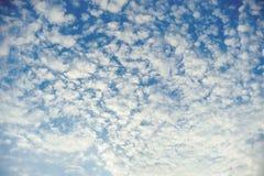 Niebieskie niebo z białym chmury pierzastej chmury tłem Obrazy Stock