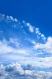 Niebieskie niebo z białymi chmurami Obrazy Royalty Free