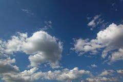 Niebieskie niebo z białymi cumulus chmurami Zdjęcia Stock