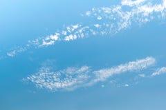 Niebieskie niebo z białymi małymi chmurami zdjęcia royalty free