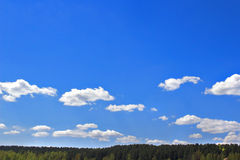 Niebieskie niebo z białymi chmurami Fotografia Royalty Free