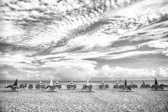 Niebieskie niebo z biel chmurami i morze wyrzucać na brzeg w usa zdjęcie royalty free