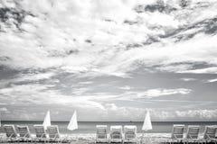 Niebieskie niebo z biel chmurami i morze wyrzucać na brzeg w usa obraz royalty free