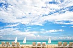 Niebieskie niebo z biel chmurami i morze wyrzucać na brzeg w usa Zdjęcia Stock