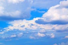 Niebieskie niebo z bielem chmurnieje 171019 0216 Obrazy Royalty Free