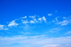 Niebieskie niebo z bielem chmurnieje 171101 0002 Obrazy Royalty Free