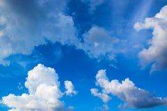 Niebieskie niebo z bielem chmurnieje 171110 0018 Fotografia Royalty Free