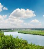 Niebieskie niebo z bielem chmurnieje nad rzeką Fotografia Stock