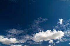 Niebieskie niebo z bielem chmurnieje serie 03 Obrazy Stock