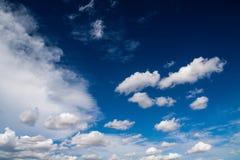 Niebieskie niebo z bielem chmurnieje serie 04 Fotografia Stock