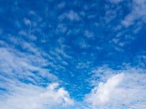Niebieskie niebo z bielem chmurnieje w popołudniu Obraz Royalty Free