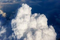 Niebieskie niebo z bielem chmurnieje widok od lotniczego samolotu Obraz Royalty Free