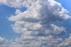 Niebieskie niebo z bufiastym bielem chmurnieje w jaskrawym jasnym słonecznym dniu Obrazy Royalty Free