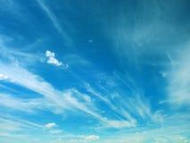 Niebieskie niebo z chmurą zdjęcia stock