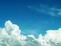 Niebieskie niebo z chmurą obrazy stock