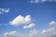Niebieskie niebo z chmurą Obrazy Royalty Free