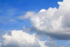 Niebieskie niebo z chmurą i raincloud, sztuka natury piękna i odbitkowa przestrzeń dla dodajemy tekst fotografia stock