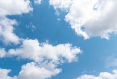 Niebieskie niebo z chmur? zdjęcia royalty free