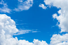 Niebieskie niebo z chmurą 1 Obrazy Royalty Free