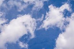 Niebieskie niebo z chmurą, biel chmury Zdjęcia Stock