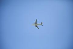 Niebieskie niebo z chmurą i samolotem Zdjęcie Royalty Free