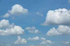 Niebieskie niebo z chmurą, niebieskie niebo Zdjęcia Royalty Free