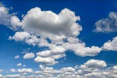 Niebieskie niebo z chmura światopoglądem Zdjęcia Royalty Free