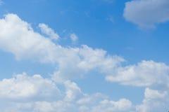 niebieskie niebo z chmura bielem szeroki niebieskie niebo i chmury biały puszysty przy pięknym, Zdjęcia Stock