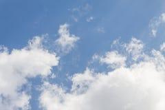 niebieskie niebo z chmura bielem szeroki niebieskie niebo i chmury biały puszysty przy pięknym, Obraz Stock
