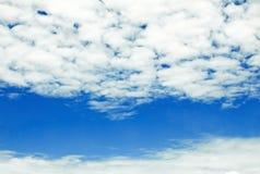 Niebieskie niebo z chmurami Zdjęcia Royalty Free