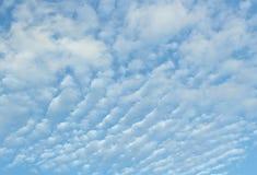 Niebieskie niebo z chmurami Obrazy Royalty Free