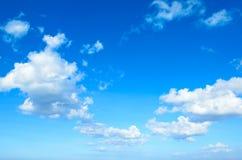 Niebieskie niebo z chmurami Obrazy Stock