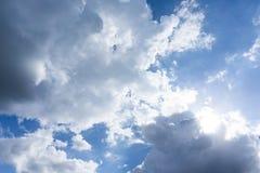 Niebieskie niebo z chmurami dla tła zdjęcia royalty free