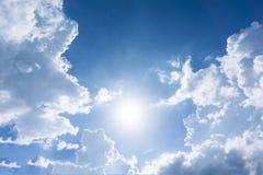 Niebieskie niebo z chmurami dla tła obrazy stock