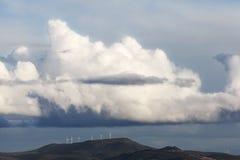 Niebieskie niebo z chmurami i silnikami wiatrowymi Zdjęcie Stock