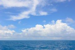 Niebieskie niebo z chmurami nad morzem Fotografia Royalty Free