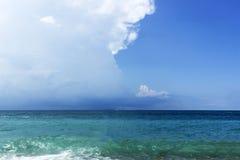 Niebieskie niebo z chmurami nad morzem, tapety, seascape, tło Zdjęcia Stock