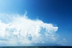 Niebieskie niebo z chmurami nad morzem, tapety, seascape, tło Fotografia Stock