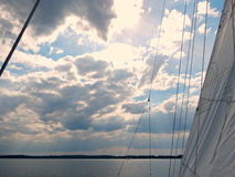Niebieskie niebo z chmurami nad połysku Mazury jeziorami w lecie - widok od łódkowatego pokładu w czarny i biały Zdjęcia Royalty Free