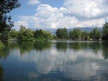 Niebieskie niebo z chmurami odbijać na jeziorze fotografia royalty free